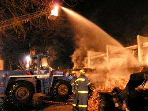 Sporthallenbrand in Groß Grönau - THW unterstützt Löscharbeiten der Feuerwehr