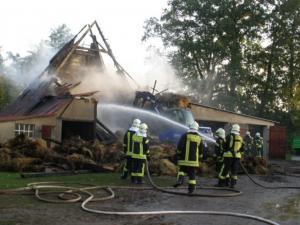 THW-Bagger unterstützt Feuerwehr bei Scheunenbrand in Hemmelsdorf